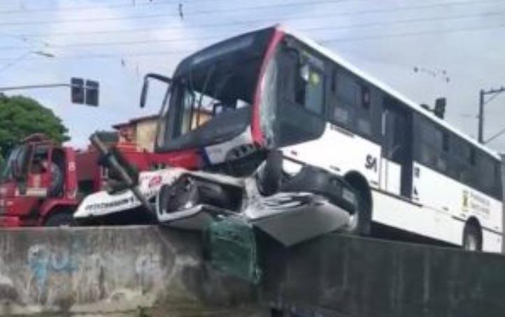 SP: Acidente entre ônibus articulado e carro deixa dois feridos em Santo André