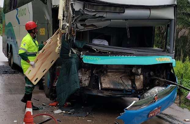 MT: Acidente entre ônibus e carreta deixa 3 feridos na BR-364