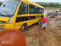 Micro-ônibus escolar atola em rampa de acesso a balsa no Acre