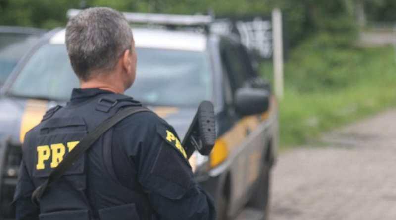 PRF prende homem com mandado de prisão em ponto de ônibus na BR-040