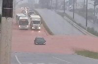 Chuva alaga ruas e avenidas em cidades do Sul de Minas e atrasa viagens de ônibus