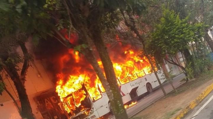 RJ: Ônibus da Viação São Miguel pega fogo em Resende