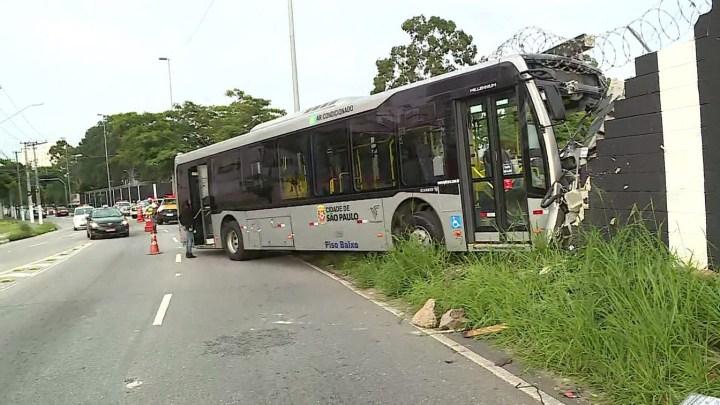 Ônibus perde controle e atinge muro do Parque São Jorge em São Paulo