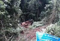 SC: Micro-ônibus cai em ribanceira deixando nove feridos entre Ipumirim e Lindóia do Sul