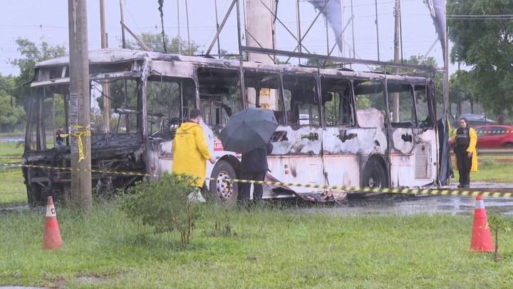 DF: Bombeiros encontram corpo carbonizado em ônibus incendiado