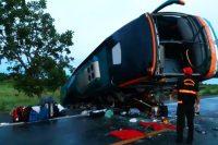 GO: Ônibus tomba na BR-020 deixa um morto e vários feridos