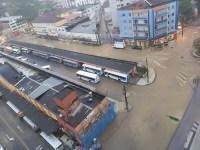 RJ: Chuva e alagamentos atrasam viagens de ônibus em Petrópolis
