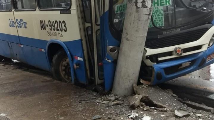 Acidente com ônibus deixa o trânsito lento na avenida Almirante Barroso em Belém