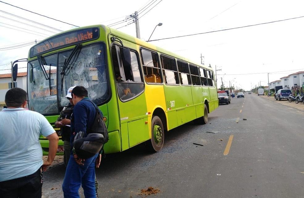Idoso morre atropelado por ônibus e população apedreja coletivo em Teresina