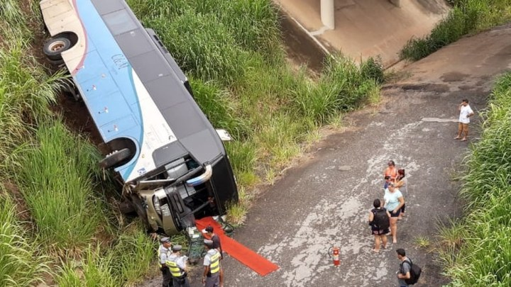 SP: Ônibus rodoviário sai da pista e cai em ribanceira na rodovia Castello Branco