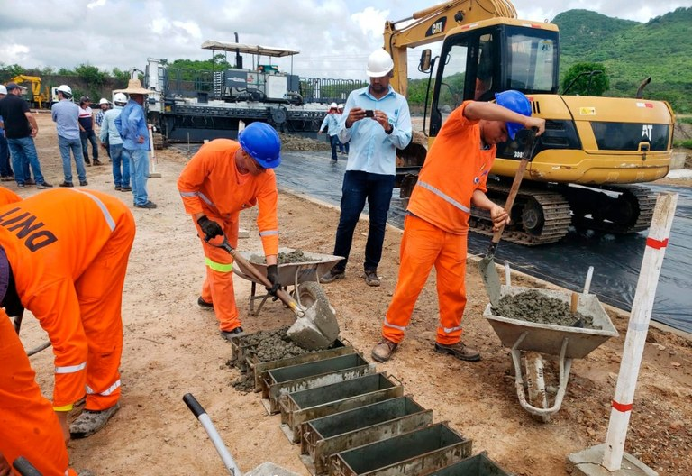 CE: Equipes do DNIT vistoriam obras de duplicação na BR-222