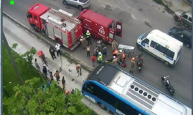 Acidente com ônibus do BRT Rio deixa trânsito complicado na Zona Oeste da cidade