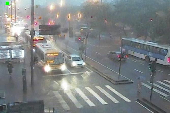 Chuva deixa cidade do Rio em estágio de atenção e ônibus circulam com lentidão na Zona Norte