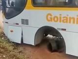 Roda de ônibus de solta durante viagem na manhã desta quinta em Goiânia