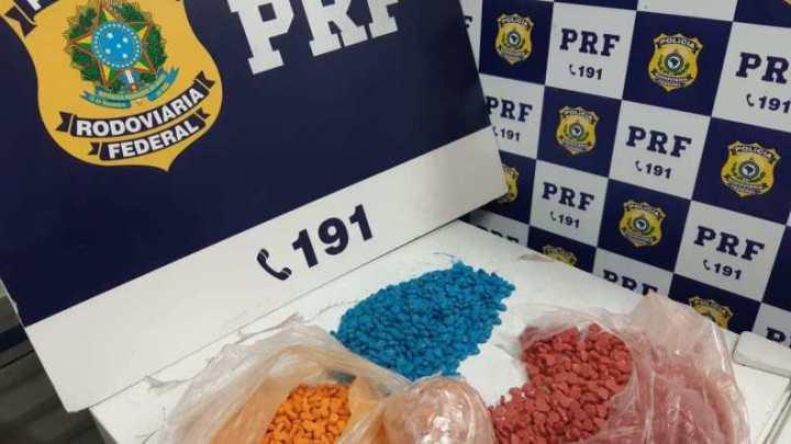 BA: PRF prende homem com 4 mil comprimidos sintéticos durante fiscalização em ônibus na BR-116