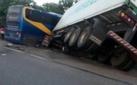GO: Colisão entre caminhão e ônibus da TransBrasil deixa dezenas de feridos na BR-153