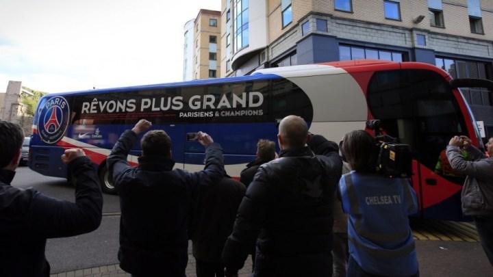 Neymar desembarca de ônibus com cabelo rosa antes de jogo do PSG e chama atenção