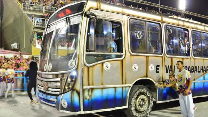 Rio: Desfile da União da Ilha mostra ônibus lotado como forma de crítica ao transporte público