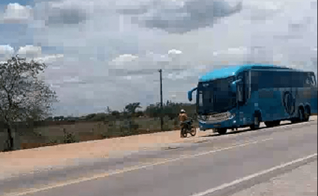 PE: Vídeo mostra agentes da PRF transportando moto dentro de ônibus da Progresso