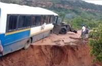 Cratera se abre e quase engole ônibus rodoviário no interior do Piauí