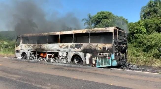 RS: Ônibus pega fogo durante escolta na Receita Federal na BR-158