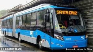 Estações e ônibus do BRT Rio seguem lotados na noite desta terça-feira