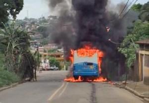 ES: Ônibus do Transcol pega fogo na cidade de Cariacica nesta terça-feira