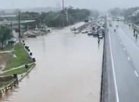 Vídeo: Rodovia Presidente Dutra é interditada por conta de alagamento no Rio de Janeiro neste domingo