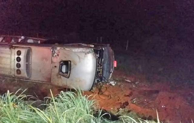 MG: Ônibus tomba em ribanceira deixando 11 feridos em Janaúba no Norte de Minas