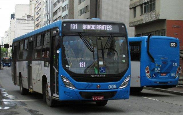 MG: Ônibus se envolve em acidente com prédio da Receita Federal em Juiz de Fora