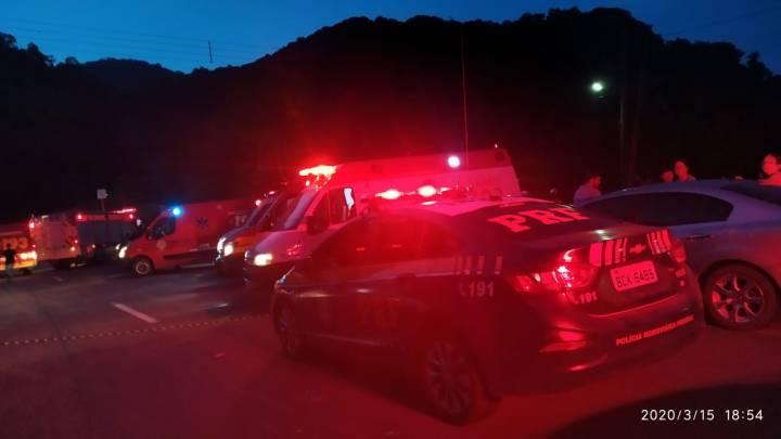 SC: Micro-ônibus cai em ribanceira e deixa 10 feridos na BR-280 na Serra de Corupá