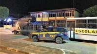BA: PRF apreende carga de pneus sem documentação e transportada em ônibus escolar e caminhão na BR-242
