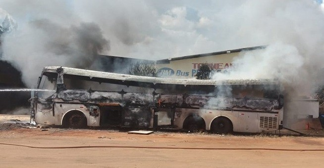 PR: ônibus pega fogo na rodovia PR-323, em Cruzeiro do Oeste