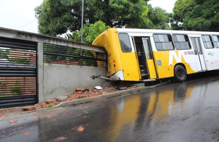 Acidente com ônibus na Zona Leste de Manaus chama atenção