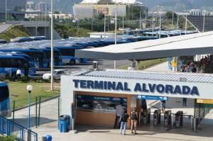 Rio: Mulher com suspeita da Covid-19 desmaia dentro do Terminal do Alvorada