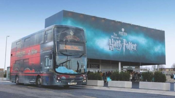 Reino Unido: Ônibus dos estúdios de Harry Potter são usados para o transporte de funcionários de saúde