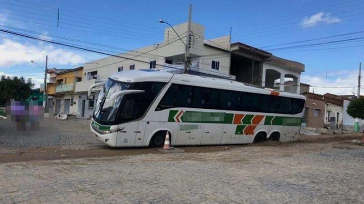 PB: Ônibus da Gontijo ignora sinalização e acaba atolado no Vale do Piancó