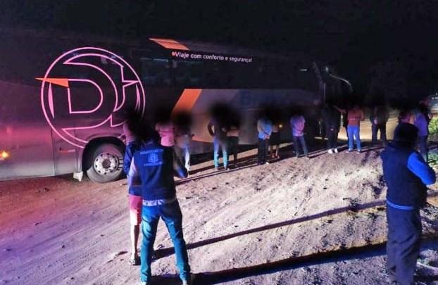 Polícia da Bahia apreende ônibus clandestino na madrugada desta sexta-feira na BR-122