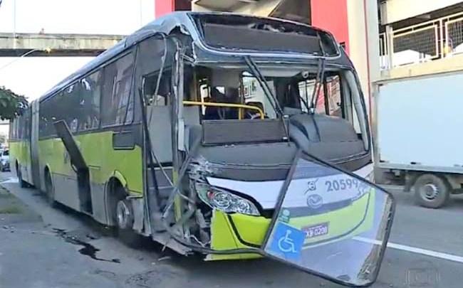 BH: Ônibus perde freio e bate em poste na Avenida Cristiano Machado