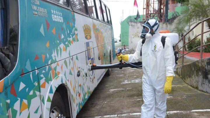 Ônibus que trouxeram estudantes acreanos da Bolívia são higienizados e desinfectados