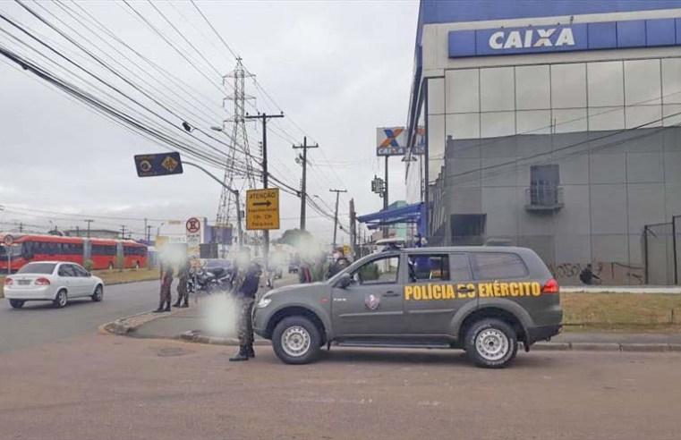 Curitiba: Guarda Municipal e Exército reforçam orientações contra a Covid-19 em terminais de ônibus e agências bancárias