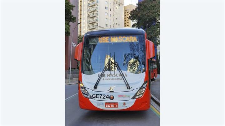 Biarticulados de Curitiba começam a circular com máscaras para reforçar a prevenção