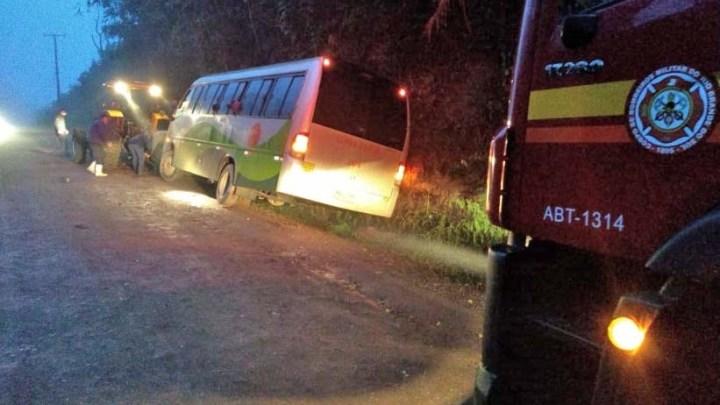 RS: Micro-ônibus sai da pista em Lindolfo Collor