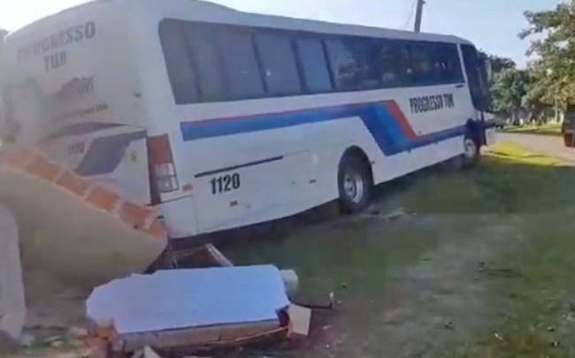 RS: Ônibus rodoviário sem controle atinge igreja em Santa Cruz do Sul