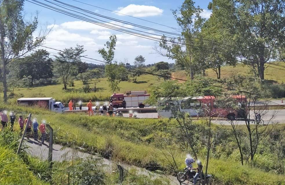 MG: Acidente entre veículo e ônibus deixa dois feridos na BR-040
