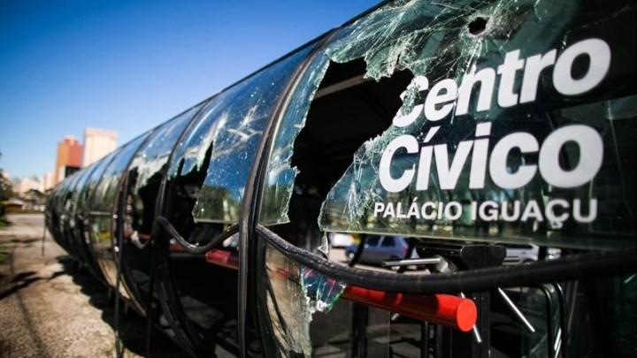 Vídeo: Vândalos queimam bandeira do Brasil e quebram estação tubo de Curitiba nesta segunda-feira