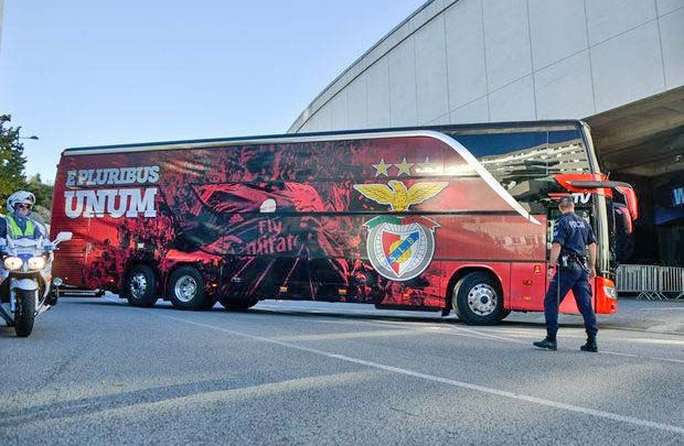 Portugal: Ônibus do Benfica acaba apedrejado e jogadores ficam feridos