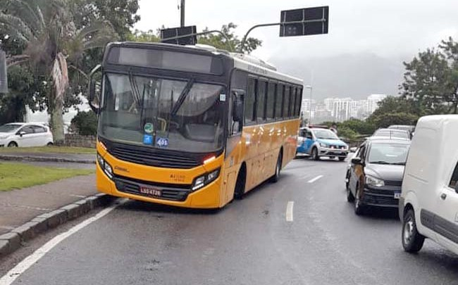 Rio: Ônibus da Real Auto Ônibus perde roda na Av. Borges de Medeiros