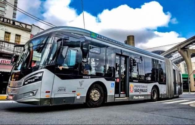 São Paulo: Ônibus circulam na cidade com passageiros em pé