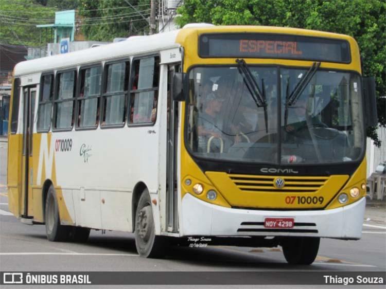 Ônibus pega fogo na Zona Leste de Manaus nesta sexta-feira